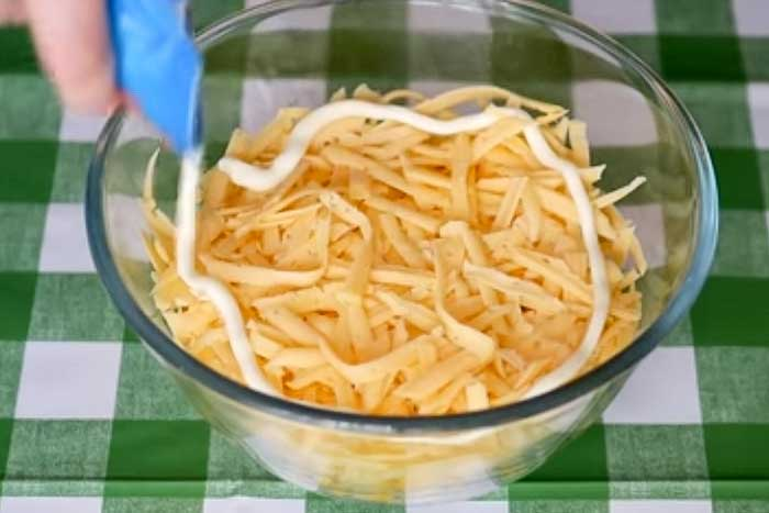 Смазать сыр майонезом
