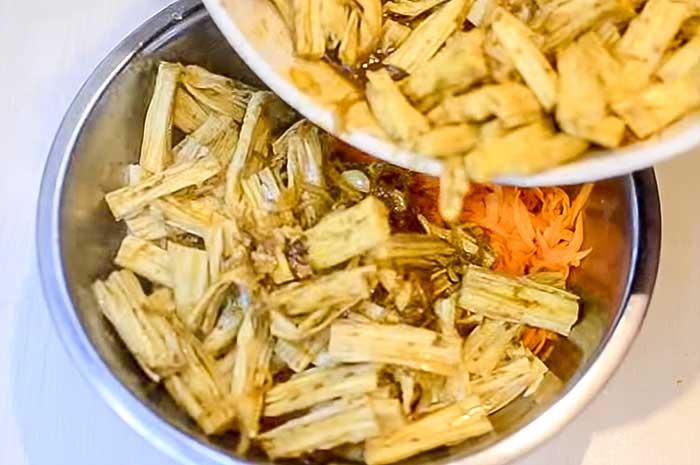 Соединить спаржу с морковью в салате