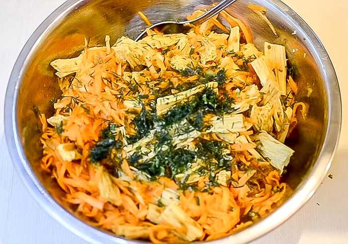 Добавить в салат из моркови и соевой спаржи зелень