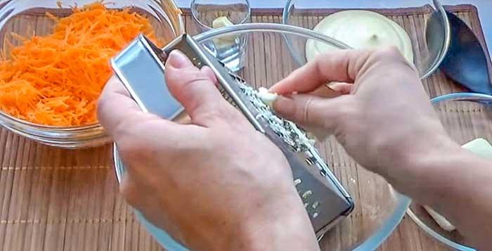 Чеснок для морковного салата с сыром