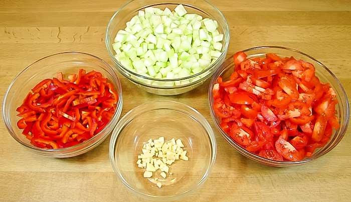 Все овощи для салата с кабачками порезать