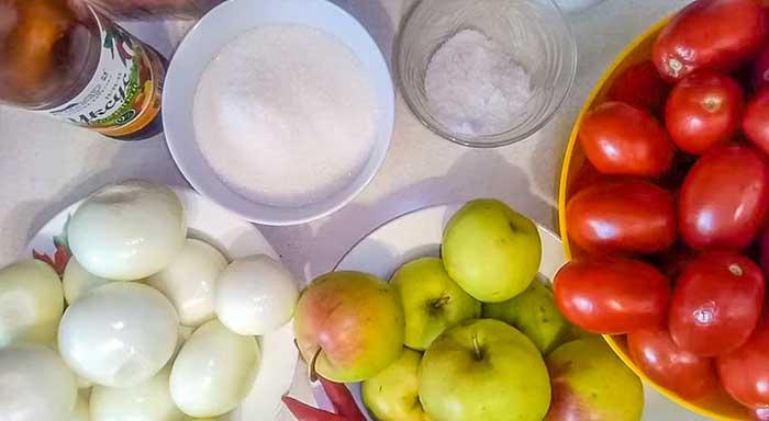 Продукты для кетчупа с луком и яблоками
