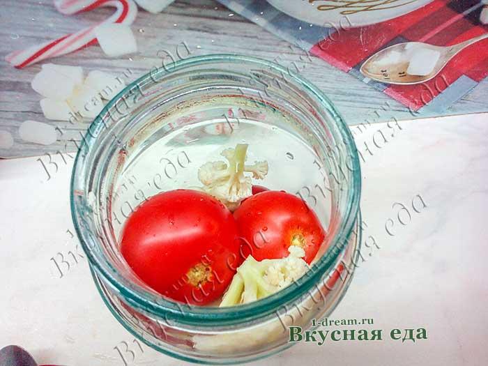 Положить в банку помидоры и цветную капусту