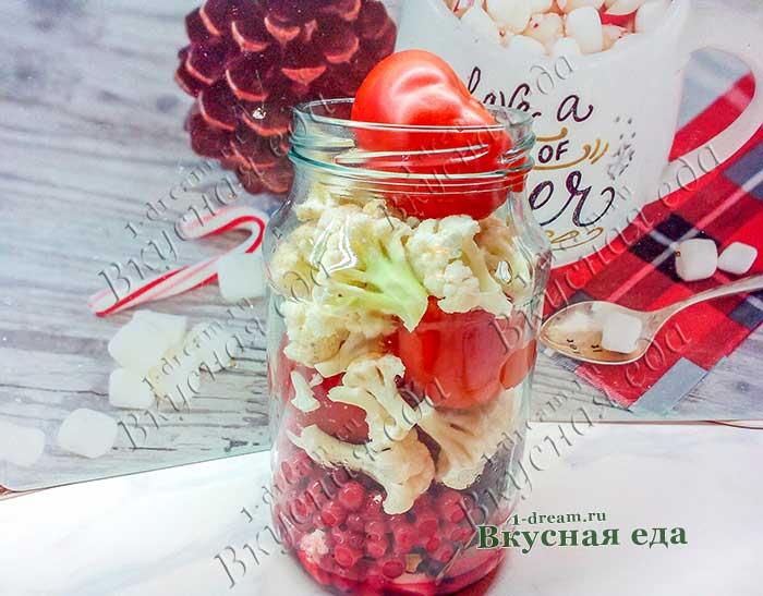 Наполнить банки помидорами и цветной капустой