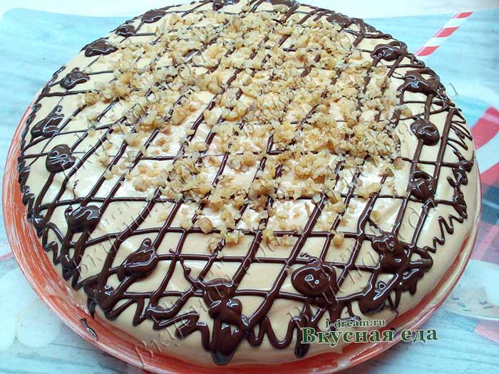 Вкусный бисквитный торт с орехами и вареной сгущенкой