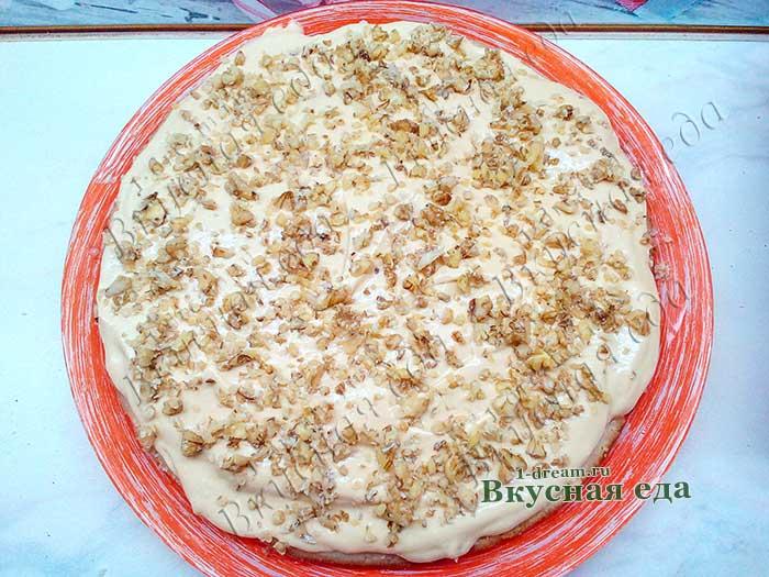 Выложить крем и орехи на корж
