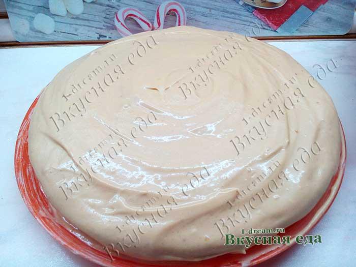 Обмазать верх и бока торта кремом