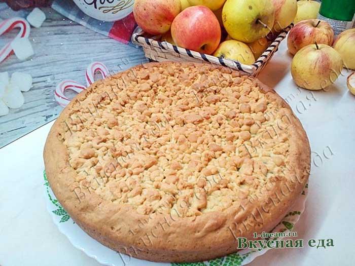 Пирог тертый с яблоками готов