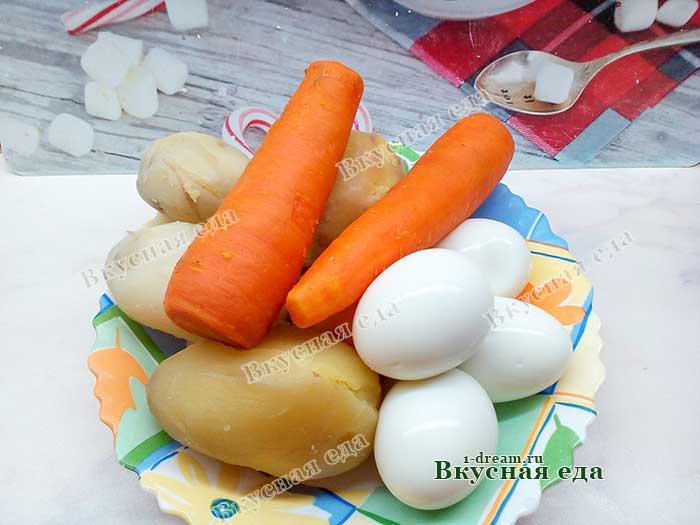 Овощи и яйца отварить и почистить