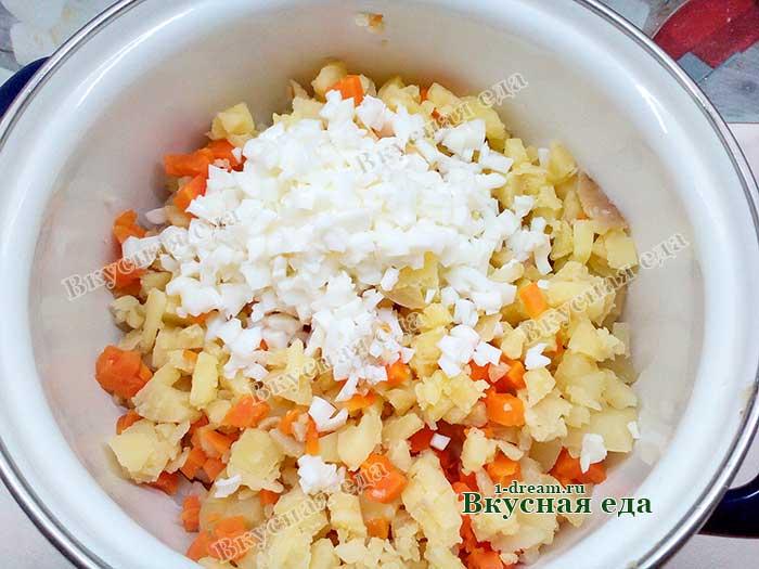 Овощи и яйца сложить в кастрюлю