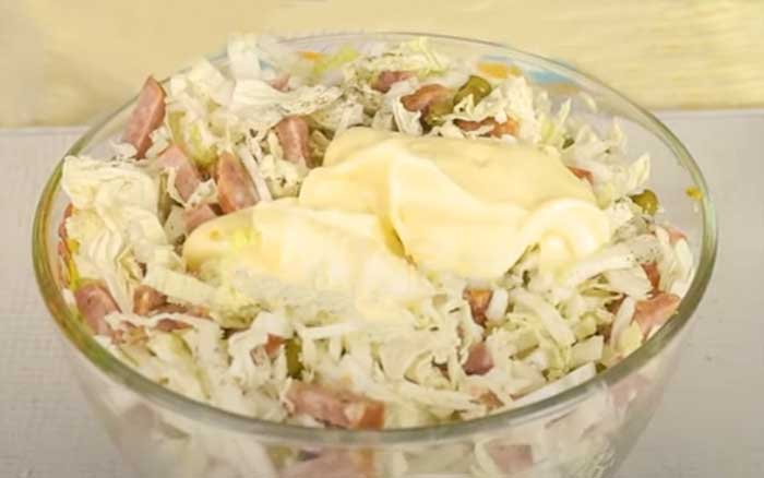 Добавить майонез в салат