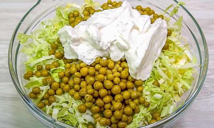 Положить соус в салат
