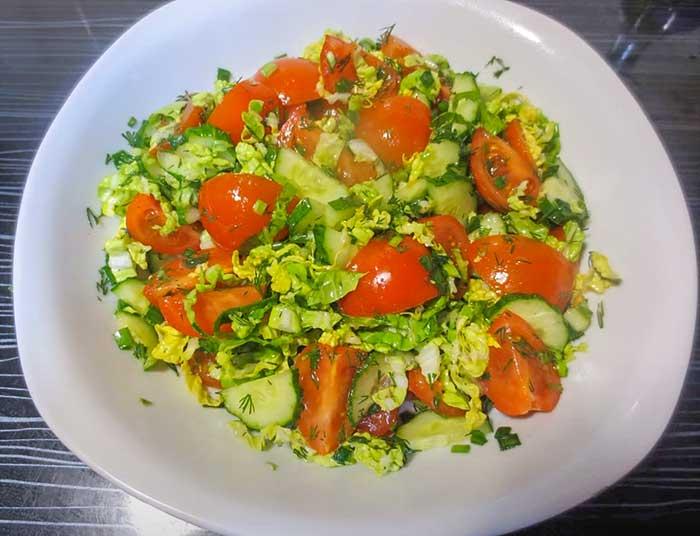 Салат с капустой и помидорами черри