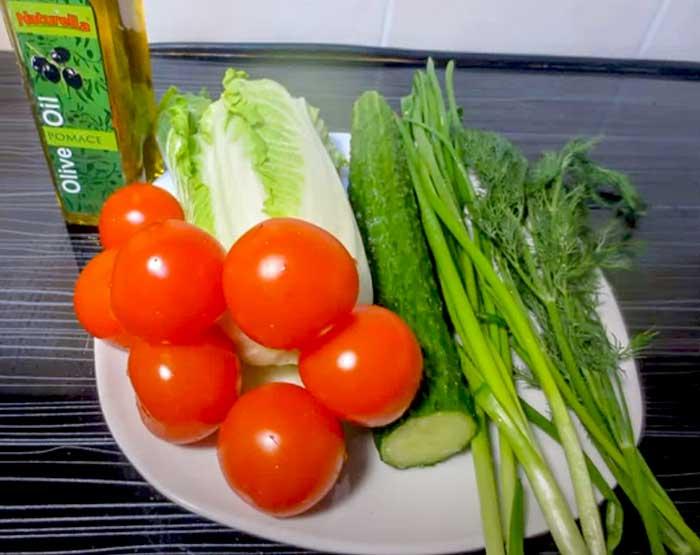 Продукты для овощног осалата с капустой и помидорами