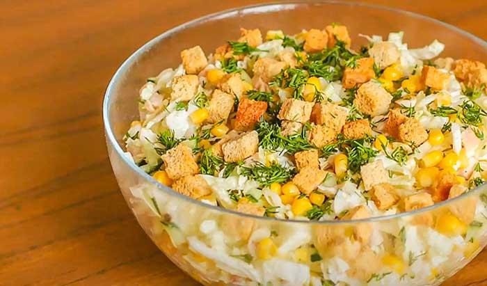 Салат с сухариками готов