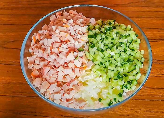 Овощи сложить в салатник