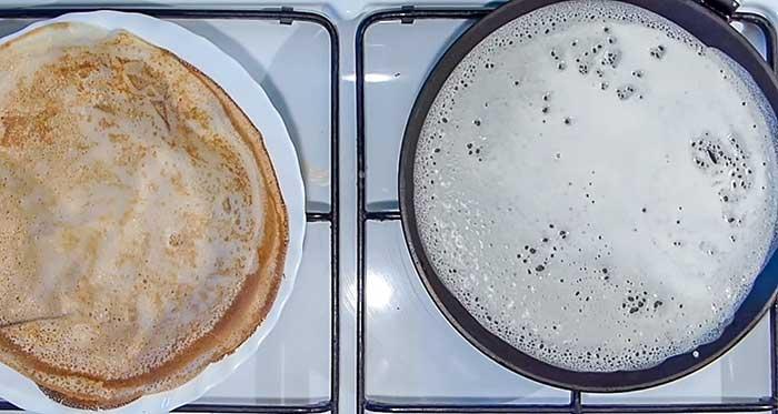 Выпекать на сковороде все тесто для блинов